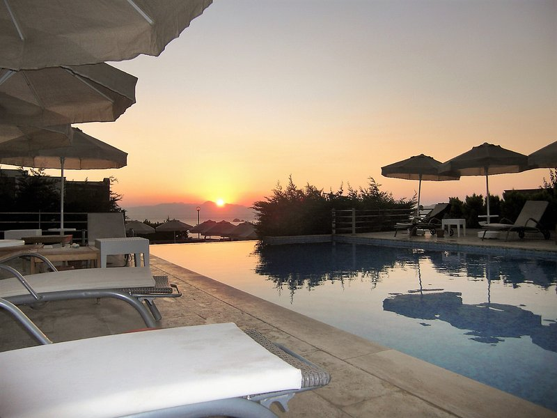 Spacious villa with shared pool, holiday rental in Turgutreis