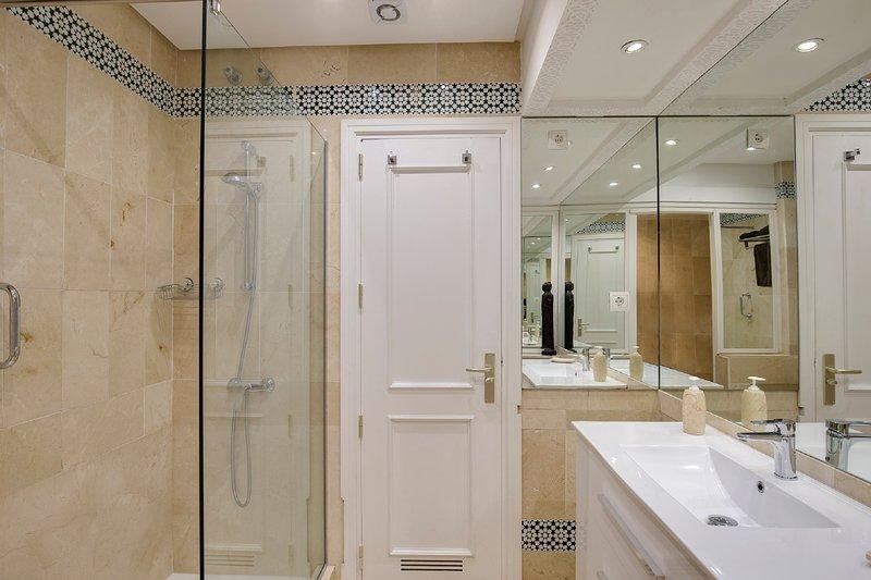 casa de banho com chuveiro, bidé e WC