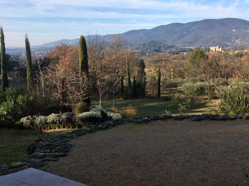 El mismo punto de vista, a mediados del invierno - el castillo de Lourmarin brilla en el sol de invierno