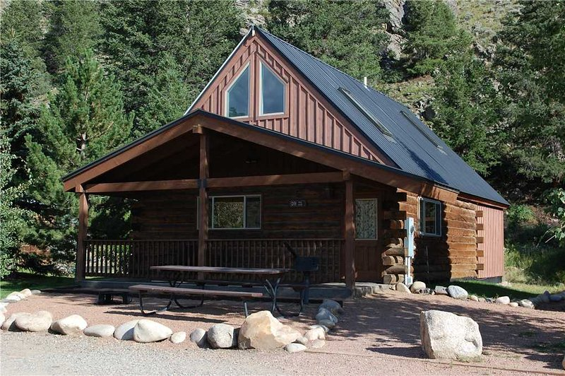 Modern and Roomy 2BR Cabin with Large Loft at Three Rivers Resort in Almont (#28), alquiler de vacaciones en Pitkin