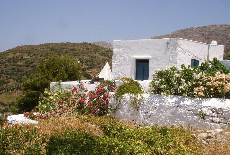 Die einfache traditionelle Kykladen-Haus mit einer Terrasse mit sensationellem Blick auf Berge und Meer