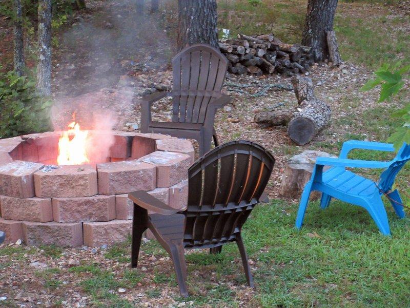 Disfrutar de reunirse alrededor de la fogata para disfrutar de una noche tranquila. horquillas de malvavisco se proporcionan!