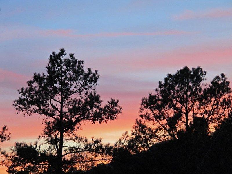 Los colores de la puesta del sol de la A Hasty escapada.