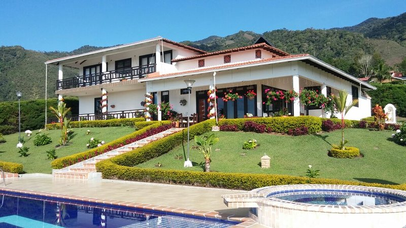 FINCA LAGO CALIMA CASA BLANCA, holiday rental in Yotoco