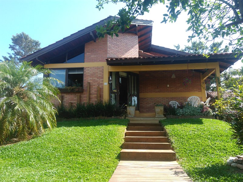 super comfortable home for up to 08 people, 200 meters from the beach, wifi 30 mg and air in the rooms