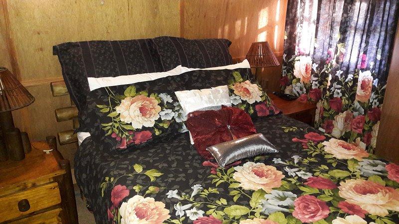 Honey Nest Resort: Rose Chalet, alquiler vacacional en Rustenburg