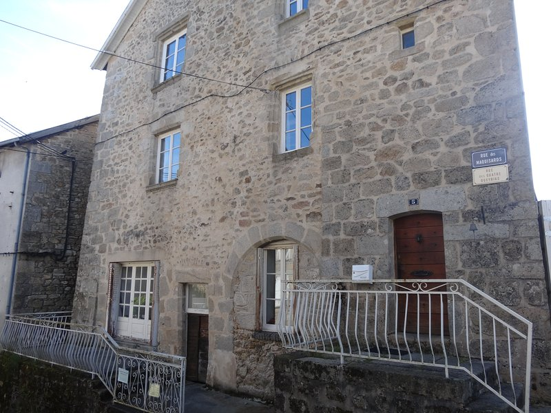Townhouse St Jacques, on the pilgrimage route, heart of medieval Eymoutiers, holiday rental in Masleon