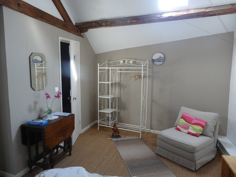 Townhouse St Jacques- Loft room,1 double,1 Single sofa bed & ensuite shower room, vacation rental in Saint-Julien-le-Petit