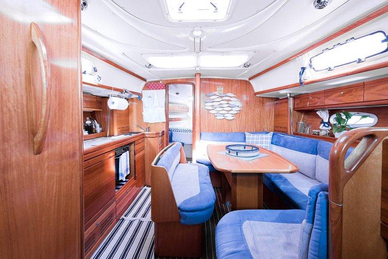Insight de la embarcación con la vida y la cocina
