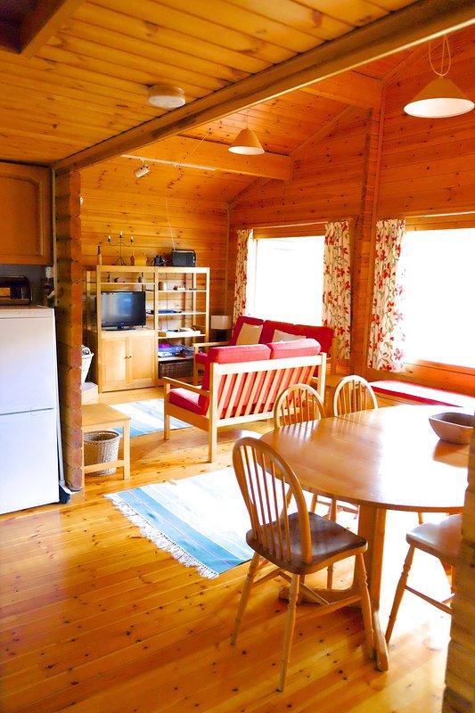 Salon / salle à manger de la pièce sous un autre angle.