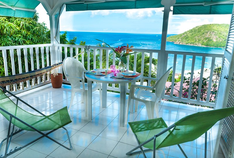 Lieu magique,la terrasse,vue extraordinaire sur la mer,la plage et le village.Hamac, chaises longues