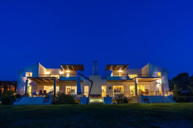 La villa es una de las dos viviendas unifamiliares que co-existen dentro de una plataforma de aterrizaje de 4 acres.
