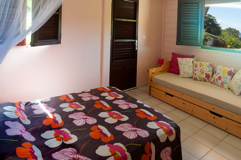 chambre à grand lit +1, climatisation, moustiquaires, coffre fort. Vue mer. accès jardin.