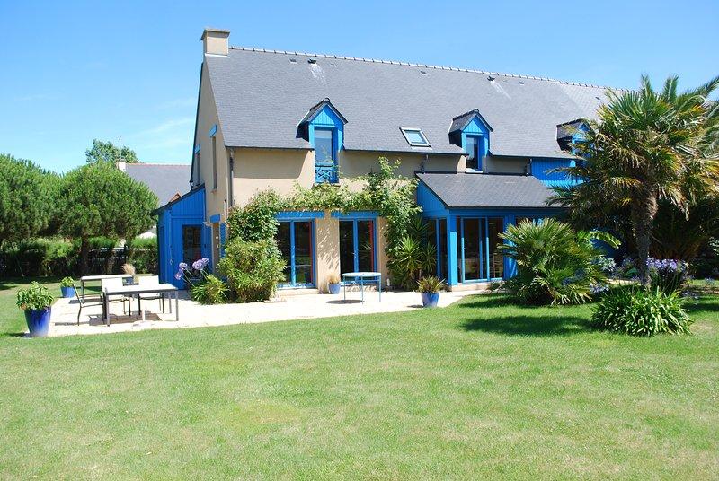 La casa: terraza y jardín