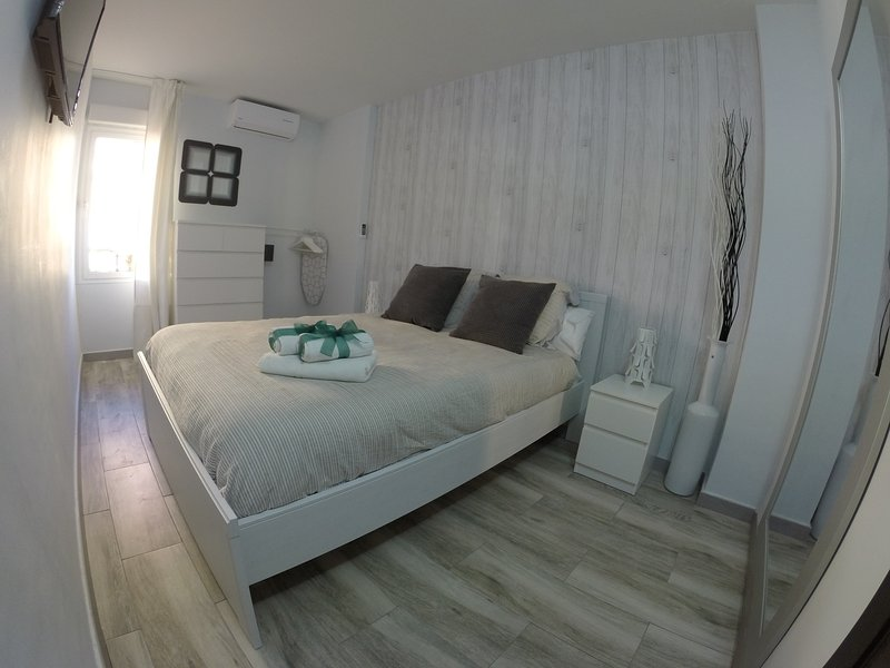 Bedroom with double bed, viscolatex mattress, air conditioning, safe, coat rack, TV.