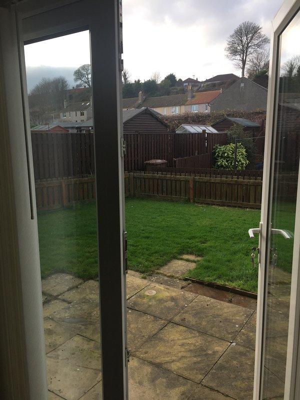 puertas francesas que dan a patio y jardín. muebles de jardín se añadirá en primavera.