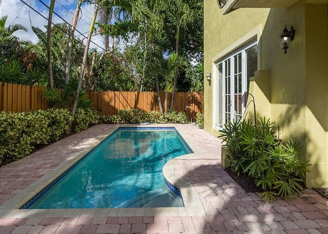 Modern 4 Bedroom Luxury Vacation Townhome | Private Pool | Minutes to Beach, holiday rental in Fort Lauderdale