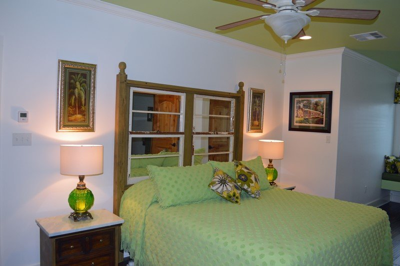 Come Relax and enjoy this Beautiful decorated en-Suite, w/Beautiful Lakeview and Amazing Sunsets!