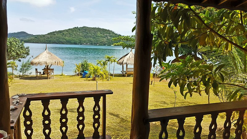 35$/Night! BEACHFRONT Bougainvillea bungalow for 4!, holiday rental in Gili Gede