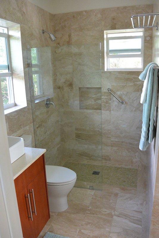 Baño con baldosas de mármol