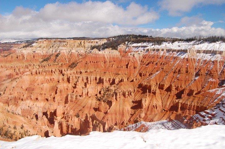 Roturas del cedro es una hermosa versión más pequeña de Bryce Canyon, pero más cerca