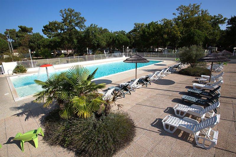 Beautiful bungalow with pool access, location de vacances à Arvert