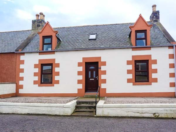 GRACE COTTAGE, seaside, detached, garden with patio, Portknockie, Ref 942469, holiday rental in Deskford