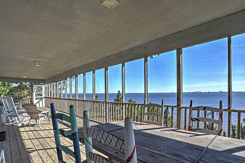 Geniet van schitterend uitzicht over de baai en Perdido Key tijdens een verblijf in dit 4 slaapkamers, 3 badkamers Lillian vakantiewoning huis!
