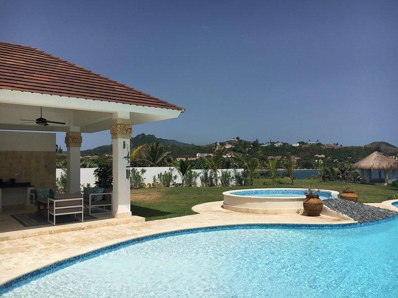 magnífica vista desde la terraza con vistas a la piscina privada en una de las villas del complejo.