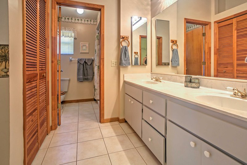 With his and her sinks, the master bathroom provides plenty of space for 2 to get ready in the mornings!