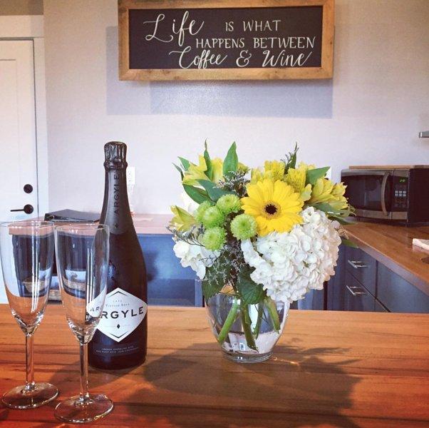 Nous sommes heureux de fournir des demandes spéciales des fleurs et du vin dans le loft