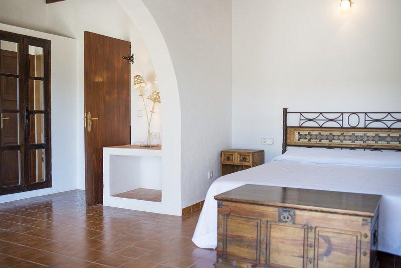schönes Schlafzimmer mit spanisch inspirierte Innenarchitektur