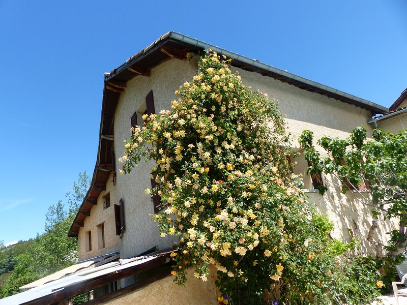 Offering views of the garden or the Durance Valley., holiday rental in La Freissinouse