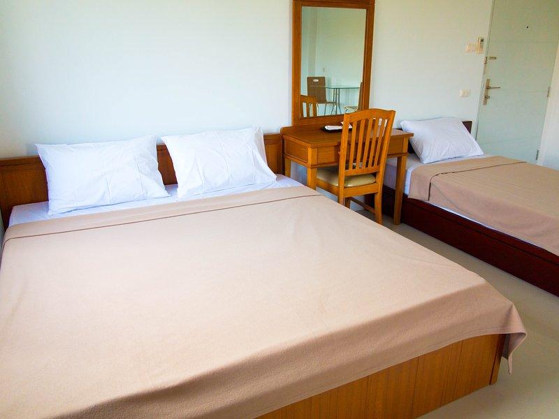 Bangkok MRT Ratchada 7 mins / Triple Bedroom, vacation rental in Nakhon Sawan Province