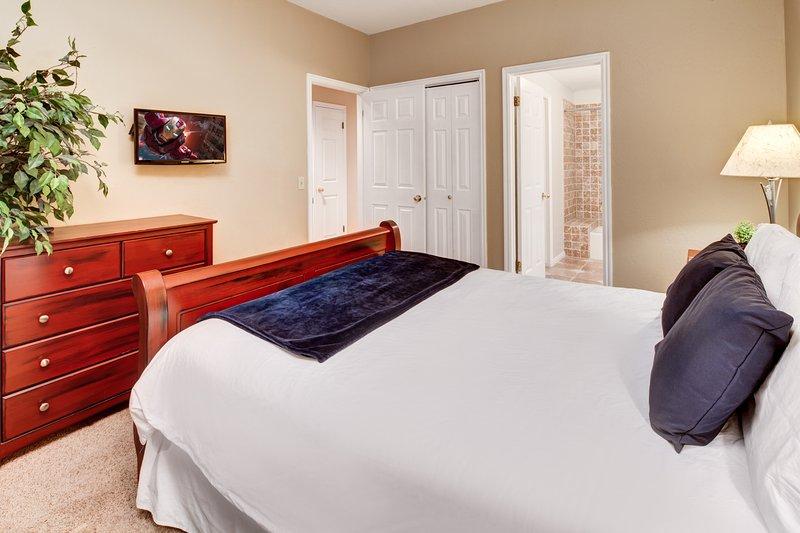 Bedroom2 - queen bed, flatscreen TV, access to 2nd bathroom