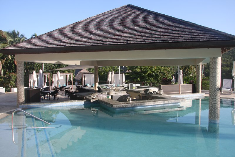 Bar aquático na piscina principal