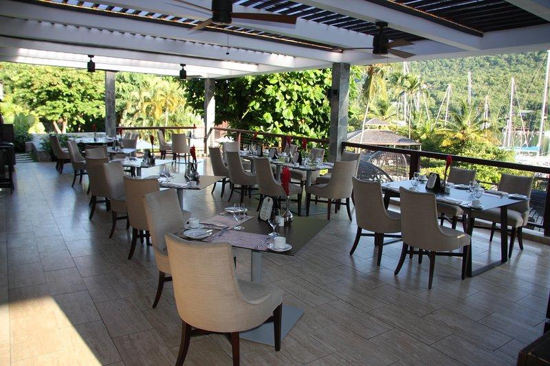 Abra a área de jantar ao ar no restaurante Grill