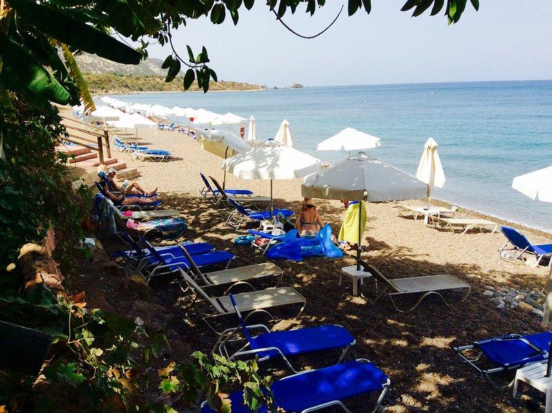 """A bela e pacífica """"melhor praia"""" aproximadamente 3 km do apartamento"""