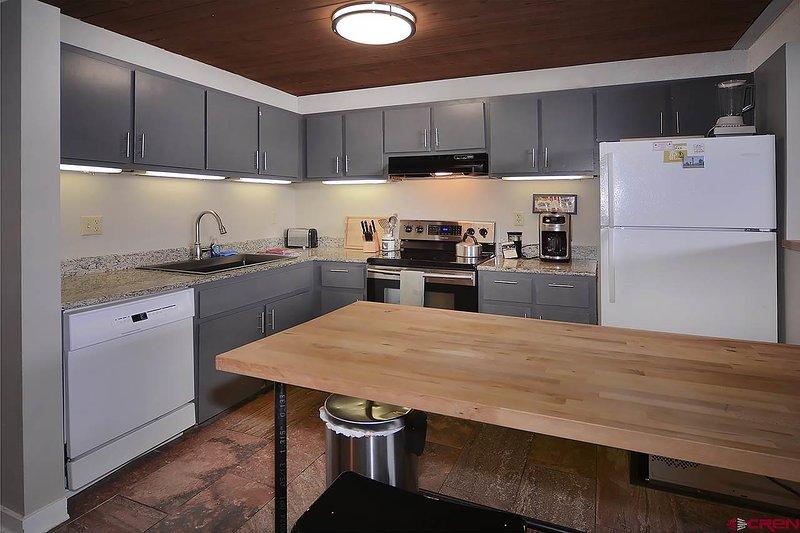 zona cucina - è completa di piatti / bicchieri / pentole / padelle / utensili / bake-ware e spezie.