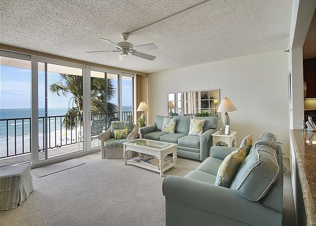 Trillium 2C Beach Front Condo with Private Balcony/Pool/Amazing Views!, location de vacances à Madeira Beach