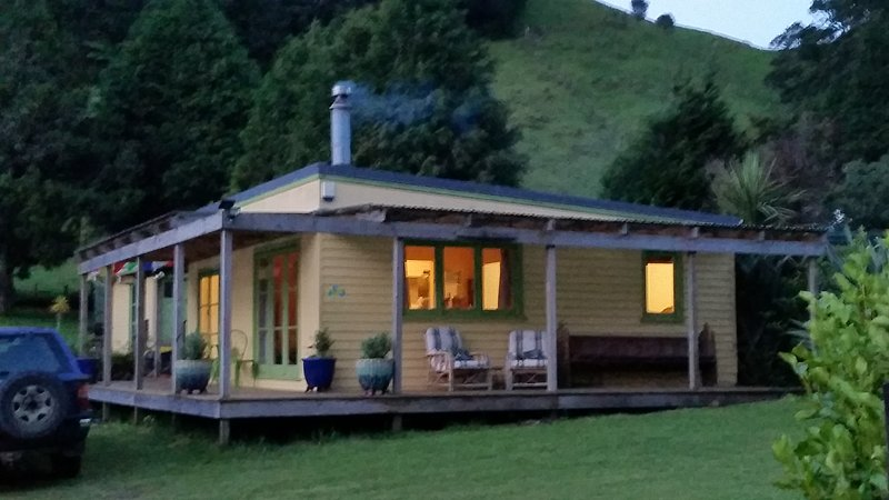 Cosy, pet and child friendly iconic Kiwi Bach 200 metres from the quiet Lake Rotoehu