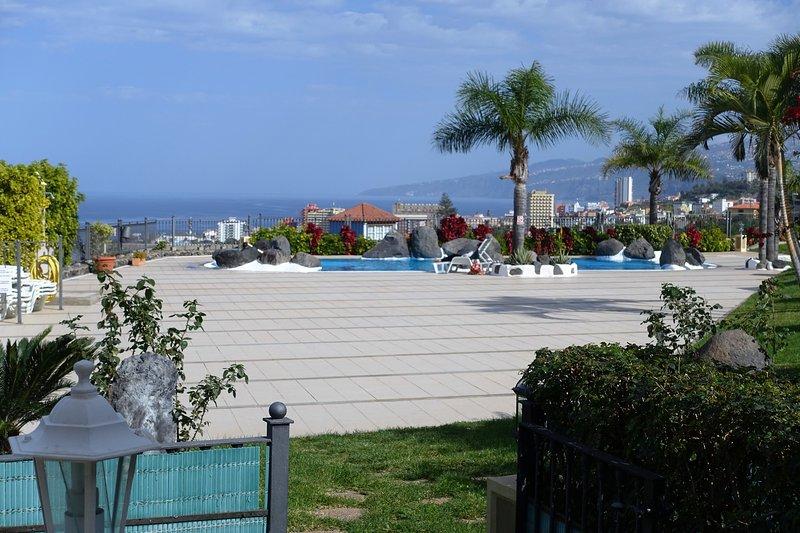 Vistas solarium y piscina