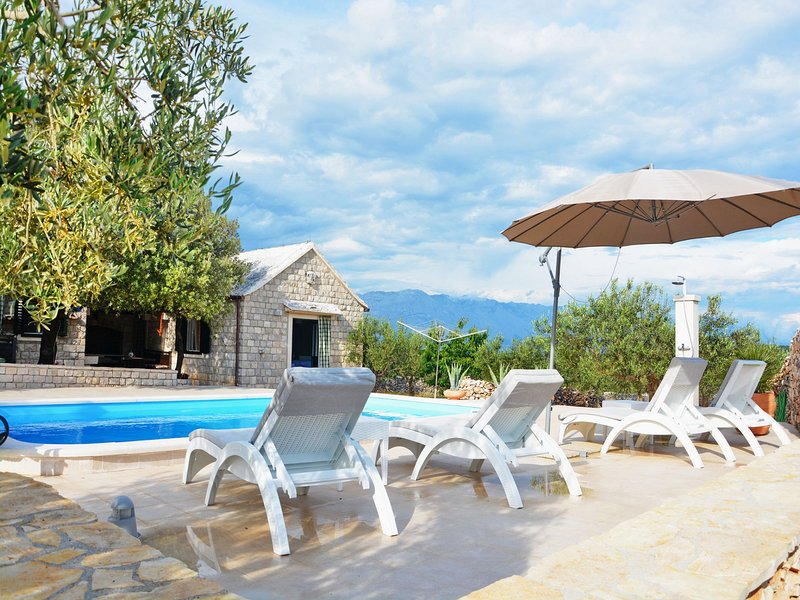Pucisca Holiday Home Sleeps 6 with Pool - 5409495, vacation rental in Pucisca