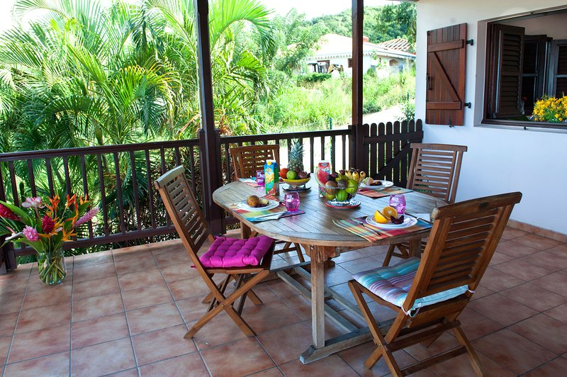 the dining area seats up to 8 people. Window switches dishes. View outstanding sea.
