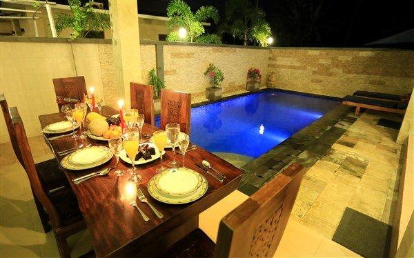 Blick auf den Pool mit Außen Tisch. Schwimmbad Liegestühle.