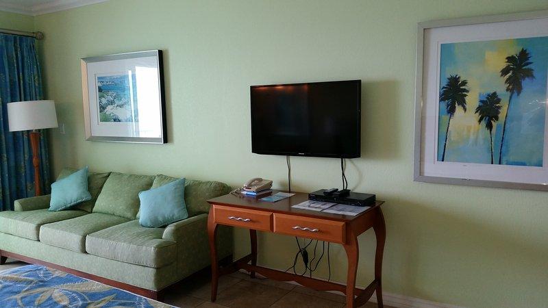 TV a schermo piatto e telefono