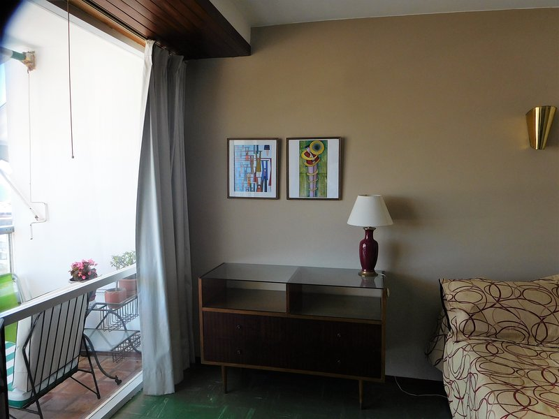 The bedroom has a large window with access to the terrraza