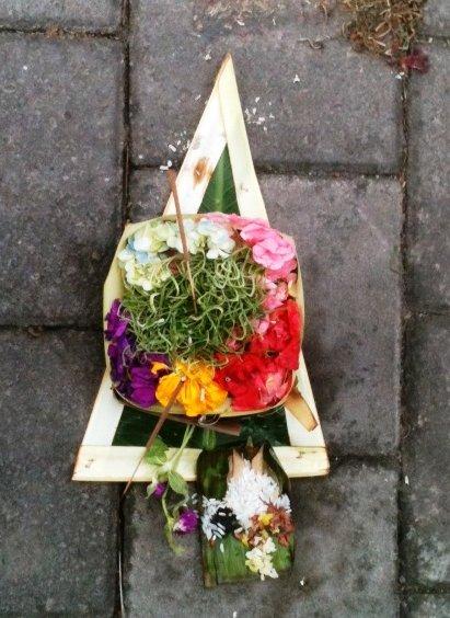 De ceremoniella korgar finns i hela Bali på en daglig basis.