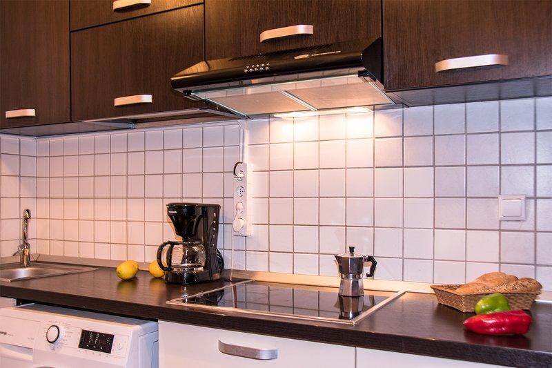 Cuisine équipée, avec machine à laver ainsi