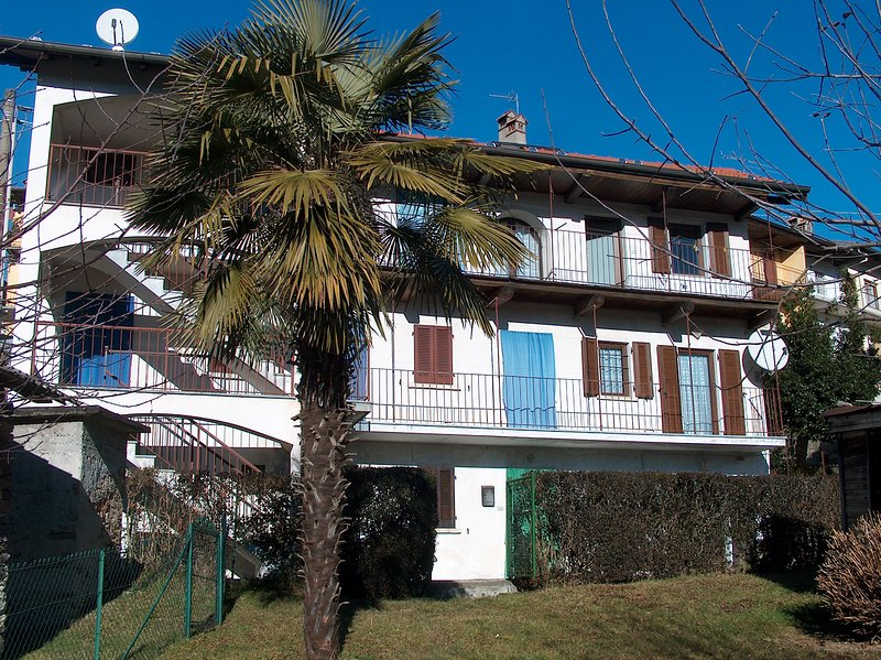 Appartamento Gina posto al centro di caratteristico borgo alture Lago d'Orta, holiday rental in Armeno
